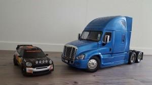 Begge biler er i omlag samme skala, dvs 1:14. Dette gjer at dei passar ilag på samme veg.